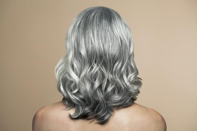 I capelli grigi stanno bene solo alle donne giovani ...