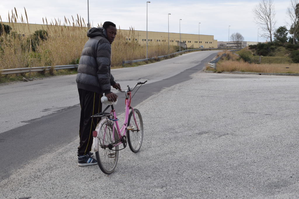 Un migrante con la sua bicicletta sulla strada che porta alla tendopoli di San Ferdinando.  - Annalisa Camilli, Internazionale