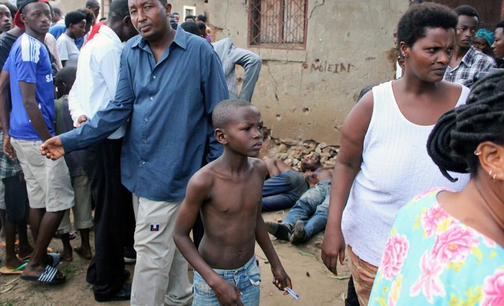 Un bambino nella strada dove sono stati trovati cinque cadaveri nel quartiere di Cibitoke, a Bujumbura, il 9 dicembre 2015. - Ap/Ansa