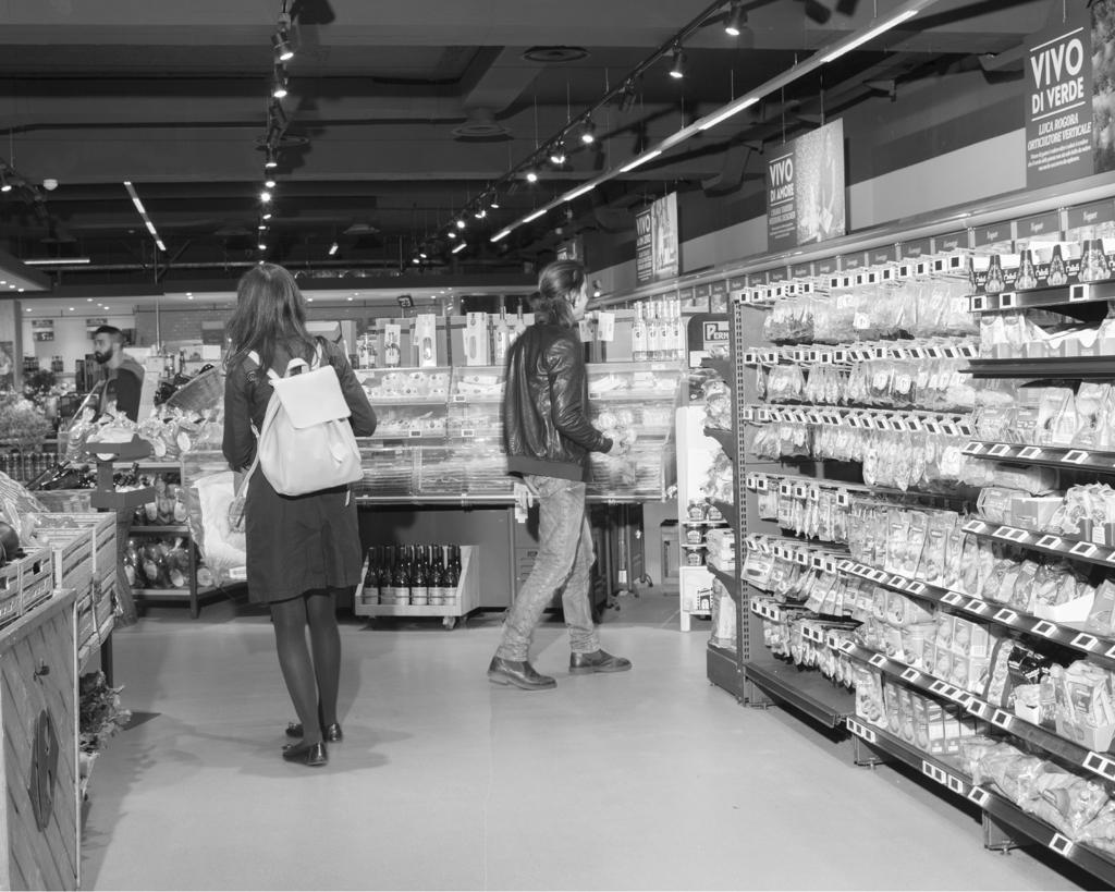 Nel supermercato Carrefour di piazzale Morelli, Roma, nella notte fra l'8 e il 9 maggio 2016. - Alessandro Imbriaco per Internazionale