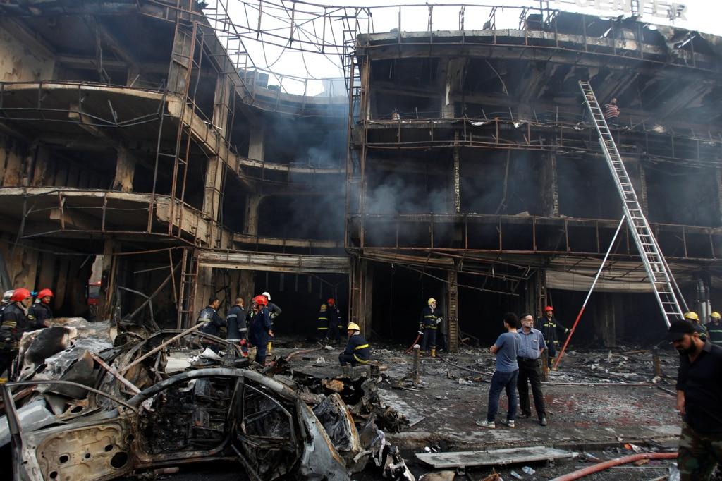 Il punto in cui è esplosa l'autobomba piazzata dai jihadisti del gruppo Stato islamico nel quartiere Karrada di Baghdad, in Iraq, il 3 luglio 2016. - Khalid al Mousily, Reuters/Contrasto