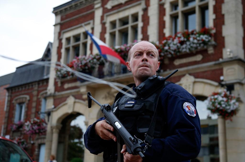 Un poliziotto davanti al comune di Saint-Etienne-du -Rouvray vicino Rouen in Normandia, il 26 luglio del 2016. - Pascal Rossignol, Reuters/Contrasto
