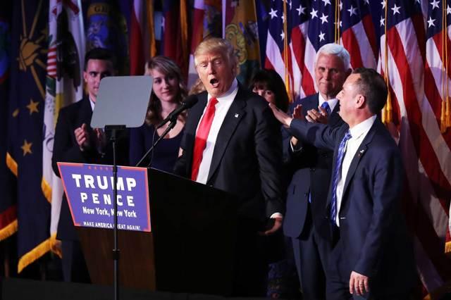 Donald Trump tra i suoi sostenitori dopo la vittoria alle presidenziali 78efb1af1e4