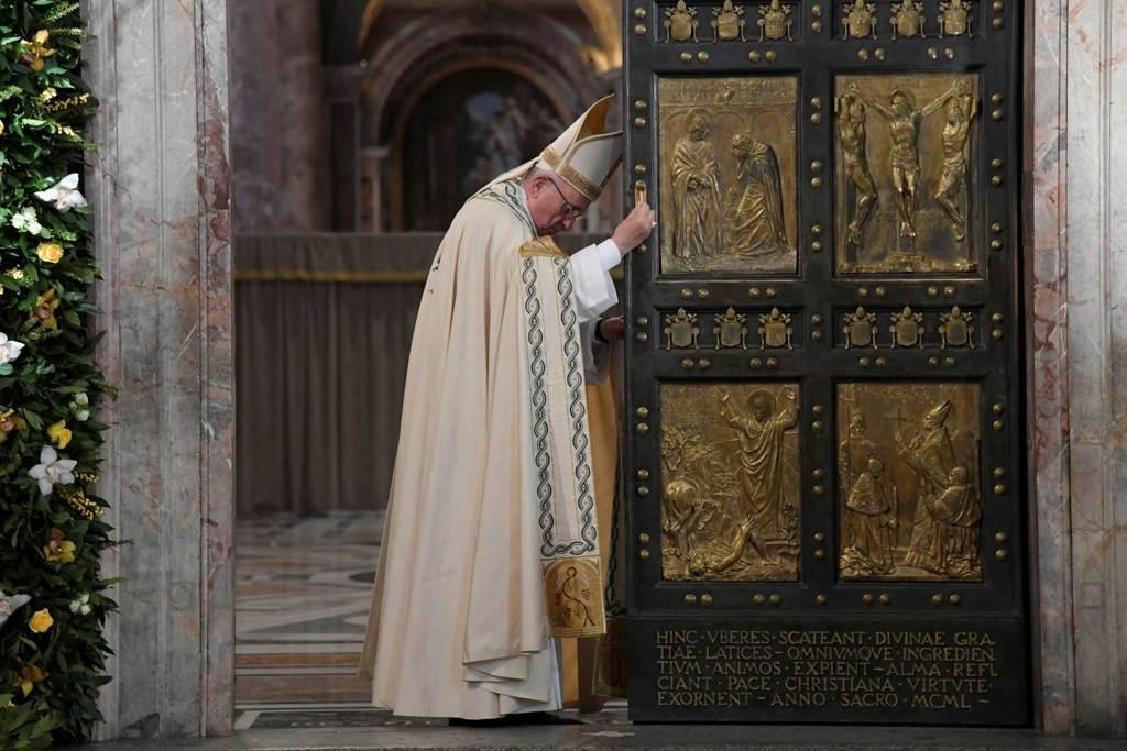 Papa Francesco alla basilica di San Pietro, il 20 novembre 2016. - Tiziana Fabi, Reuters/Contrasto