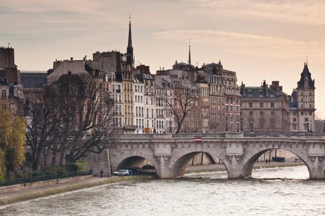 il centro di parigi perde abitanti e la citt d la colpa