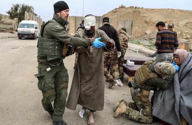 27758da23d61 Civili feriti nei combattimenti tra l esercito iracheno e il gruppo Stato  islamico vengono curati in un ospedale da campo