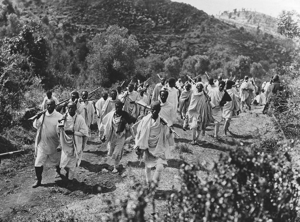 Truppe etiopi marciano verso il nord del paese durante l'occupazione italiana, 1935 circa. - Hulton-Deutsch Collection/Corbis/Getty Images