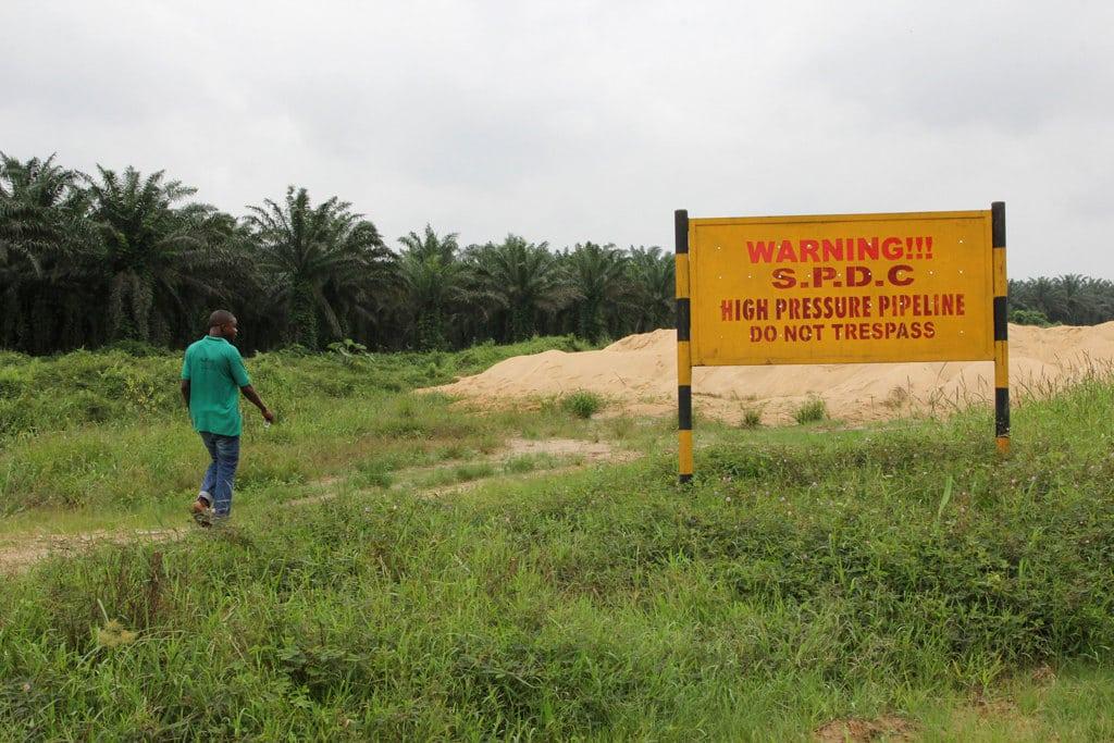 Un cartello vicino agli impianti della Royal Dutch Shell nel delta del Niger, 6 agosto 2013.  - Reuters/Contrasto