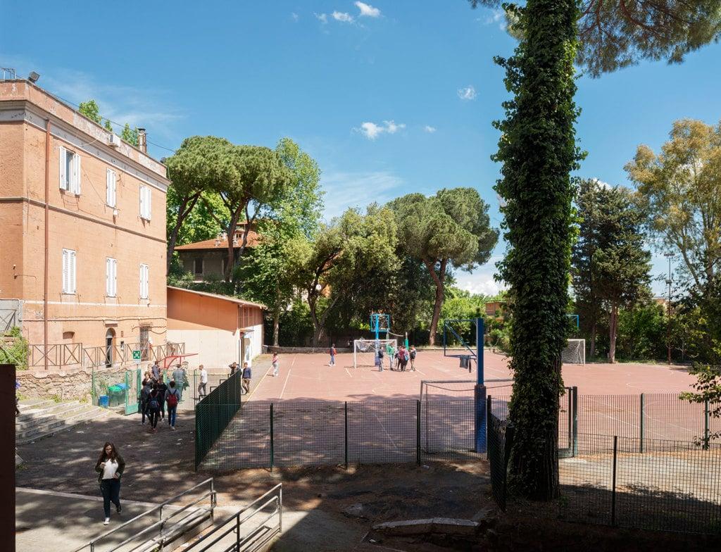 Durante la ricreazione al liceo John Fitzgerald Kennedy, Roma, maggio 2017. - Lorenzo Maccotta per Internazionale, Contrasto
