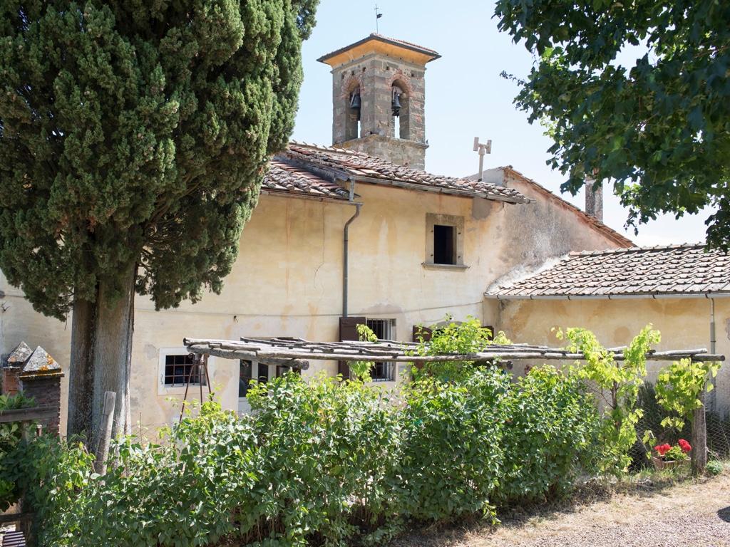 L'edificio con la scuola e la chiesa di Barbiana, il 18 giugno 2017. - Simone Donati, TerraProject per Internazionale