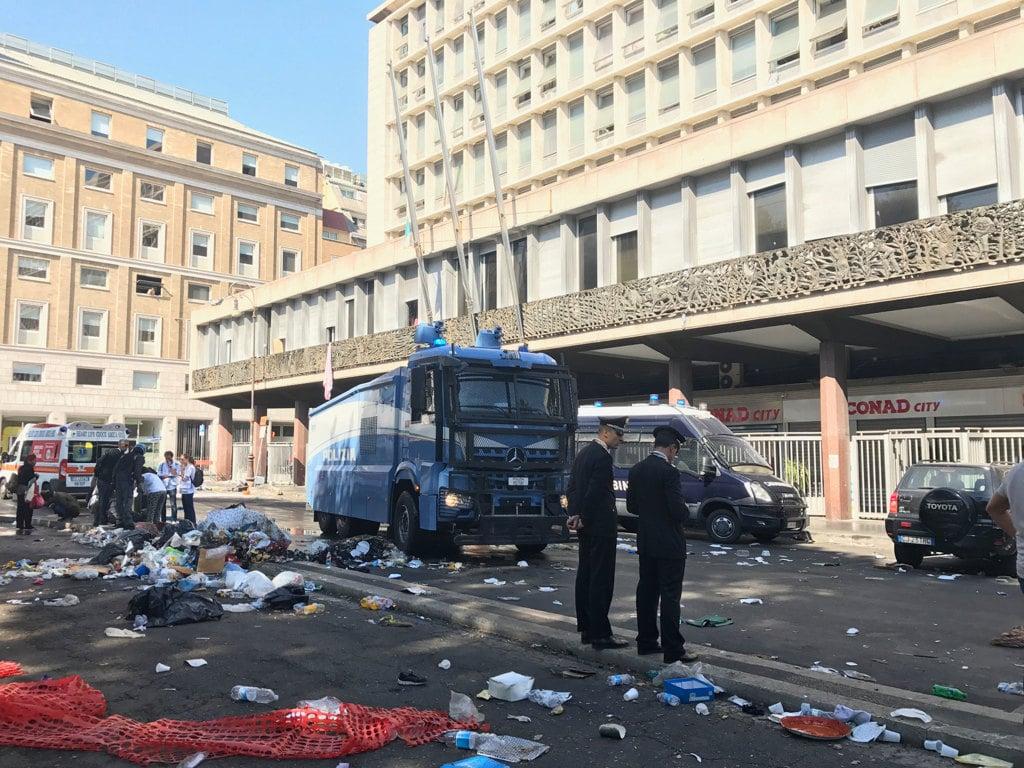Il testimone immobile dello sgombero in via Curtatone a Roma