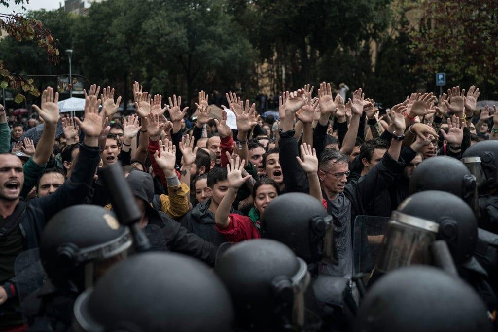 Barcellona, tensione altissima Occupati i seggi del referendum