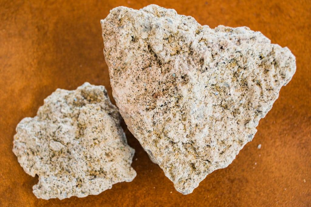 Un campione di fluoroedenite estratto dalla cava di monte Calvario. Settembre 2017. - Federica Mameli per Internazionale