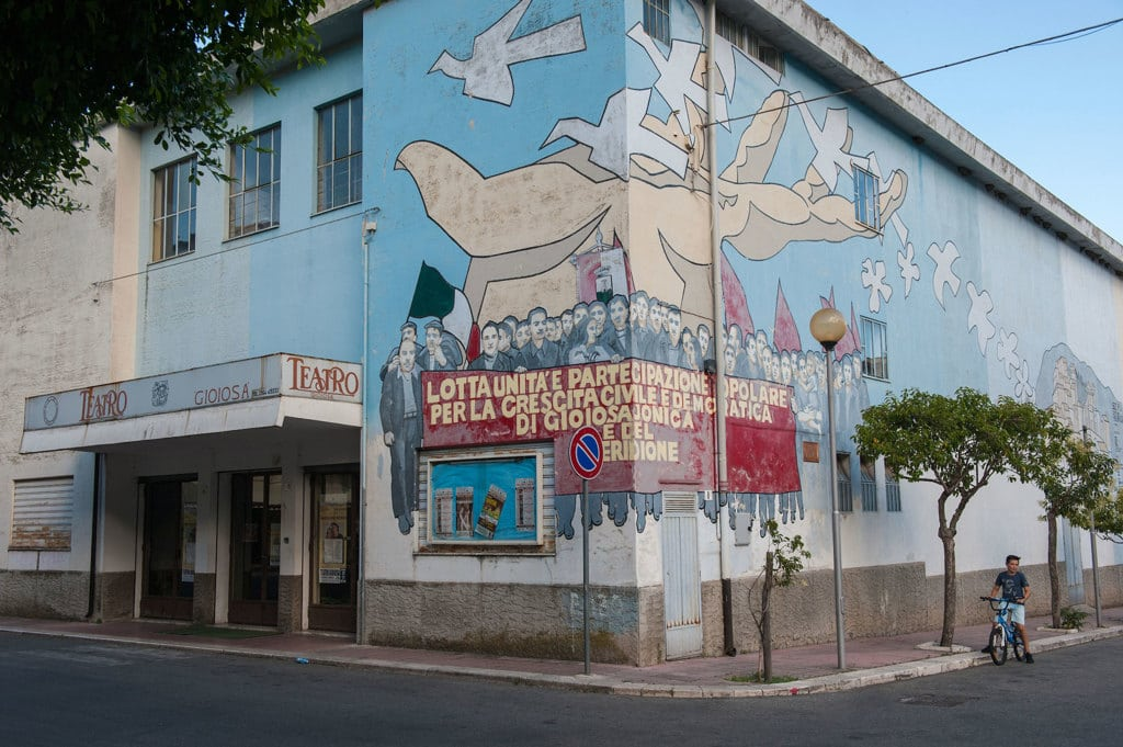 Un murale dedicato a Rocco Gatto, mugnaio vittima della 'ndrangheta, accanto al teatro comunale di Gioiosa Ionica, luglio 2017.  - Andrea Sabbadini, Buenavista photo