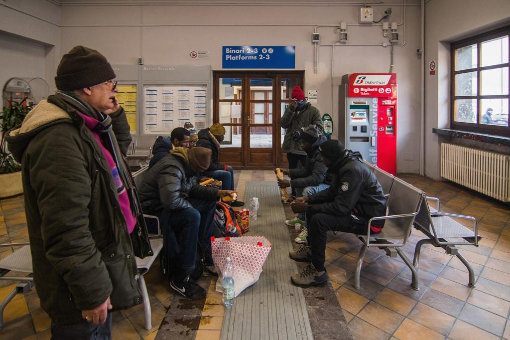 Migranti ricevono la colazione dai volontari della Croce rossa a Bardonecchia, 22 dicembre 2017.   - Simone Padovani, Awakening/Getty Images