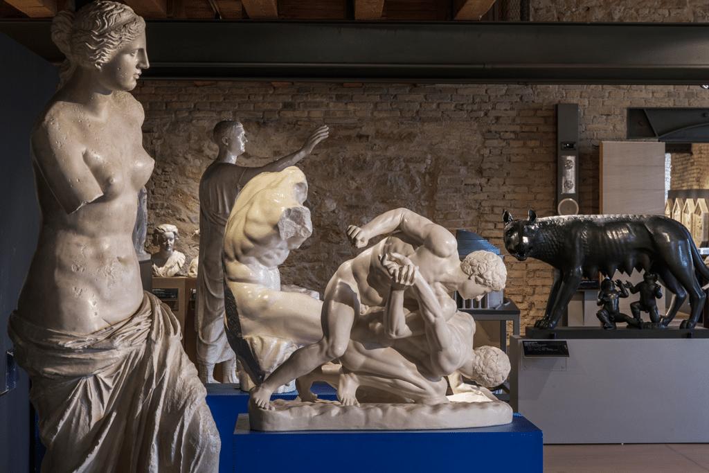 La Venere di Milo in primo piano e la Lupa Capitolina sullo sfondo. - Luna Simoncini