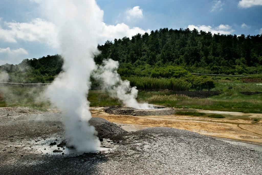 I soffioni, sbuffi di vapore acqueo bollente, nella zona boracifera di Larderello, maggio 2007. - Roberto Caccuri, Contrasto