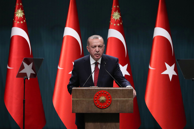 Erdoğan traballa e anticipa il voto