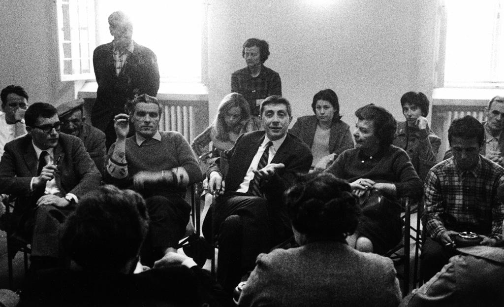 Franco Basaglia con i pazienti dell'ospedale psichiatrico di Gorizia 1968-1969