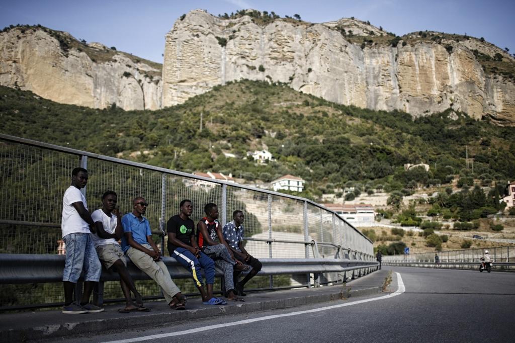 Migranti a Ventimiglia, al confine francese, 8 agosto 2017. - Marco Bertorello, Afp