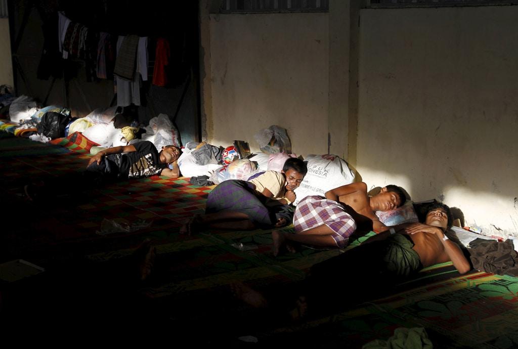 Migranti rohingya in un rifugio nella provincia indonesiana di Aceh. Kuala Langsa, 18 maggio 2015. - Roni Bintang, Reuters/Contrasto