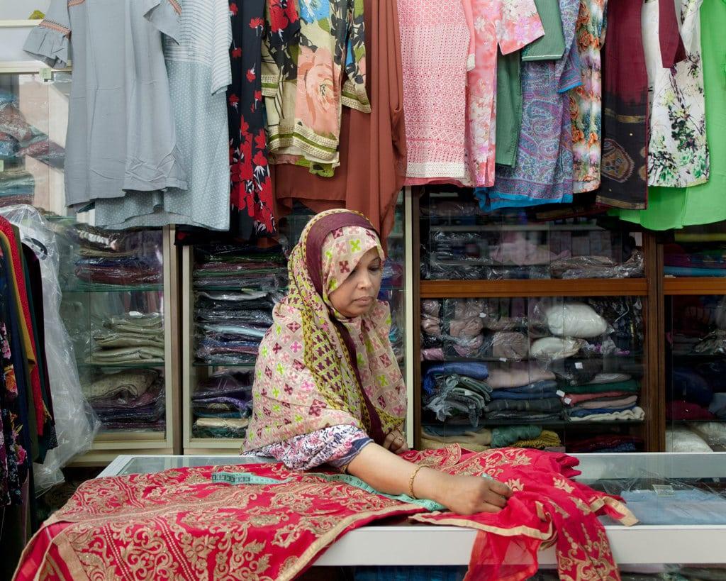 Sultana ha un negozio di stoffe e abiti tradizionali del Bangladesh a Roma. Luglio 2018. - Valeria Scrilatti per Internazionale, Contrasto