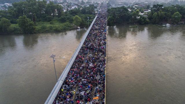 La carovana dei migranti va avanti inseguendo un miracolo