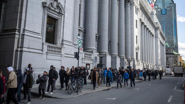 A Montréal la fila non è per l'iPhone