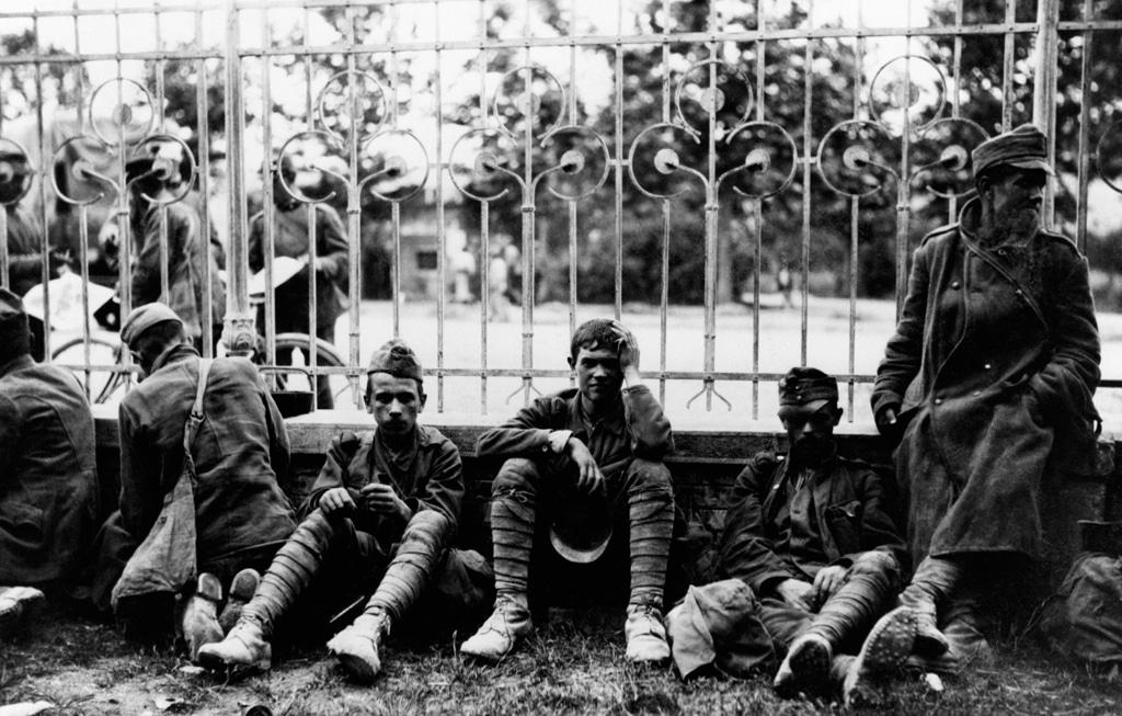Prigionieri di guerra in una località italiana non specificata, 1916. - Mondadori Portfolio