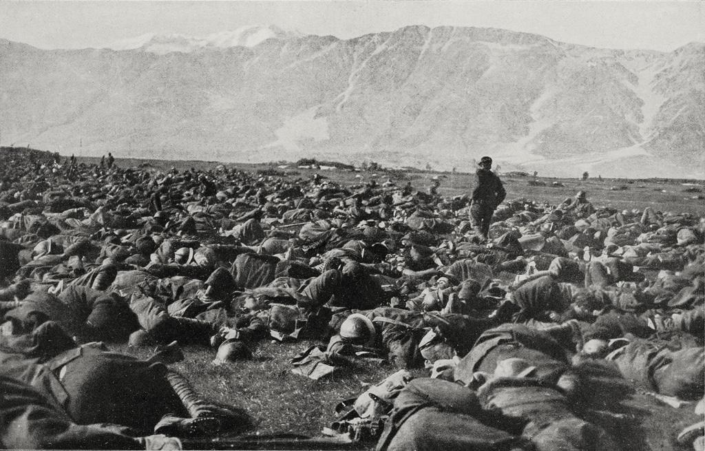 Soldati italiani riposano dopo una lunga marcia durante la battaglia di Caporetto nel novembre del 1917. - De Agostini/Getty Images