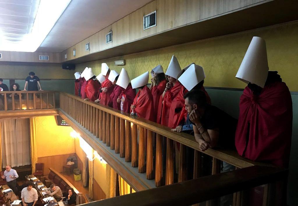 Le attiviste di Non una di meno assistono alla seduta del consiglio comunale di Verona durante l'approvazione della mozione antiabortista, il 4 ottobre 2018. - Non una di meno