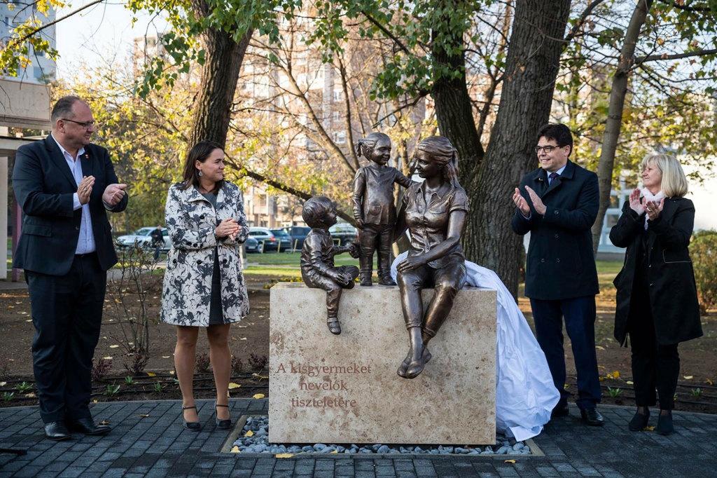 Il monumento a Budapest dedicato al ruolo della donna nell'educazione dei figli. - Hvg