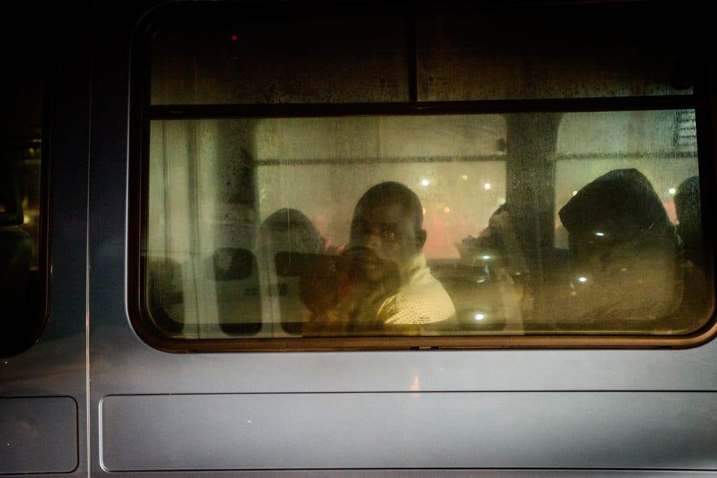 Un migrante a bordo di un autobus diretto a un centro di accoglienza a Malaga, in Spagna, il 22 novembre 2018. - Guillaume Pinon, NurPhoto via Getty Images
