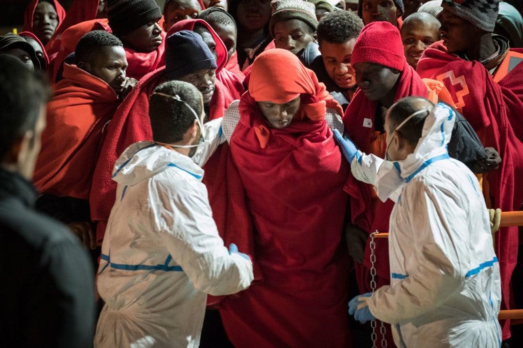 Migranti appena soccorsi arrivano al porto di Malaga, il 22 novembre 2018. - Guillaume Pinon, NurPhoto via Getty Images