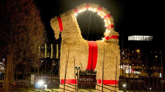 La capra di Natale in fiamme