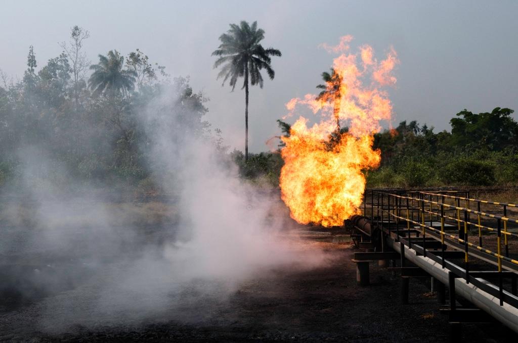 Uno stabilimento della Shell a Ughelli, nello stato del Delta, Nigeria, 26 gennaio 2008. - Kadir van Lohuizen, Noor/Luz