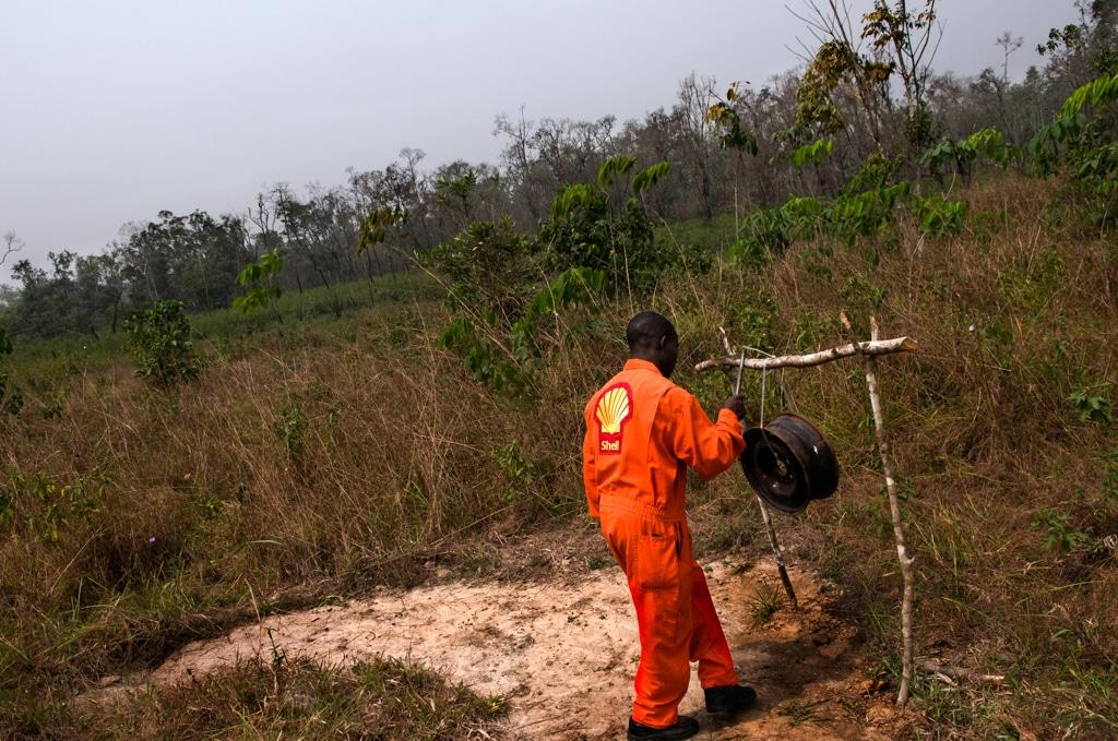 Un addetto alla sicurezza della Shell a Iwhrekan, nello stato del Delta, Nigeria, 25 febbraio 2008. - Kadir van Lohuizen, Noor/Luz