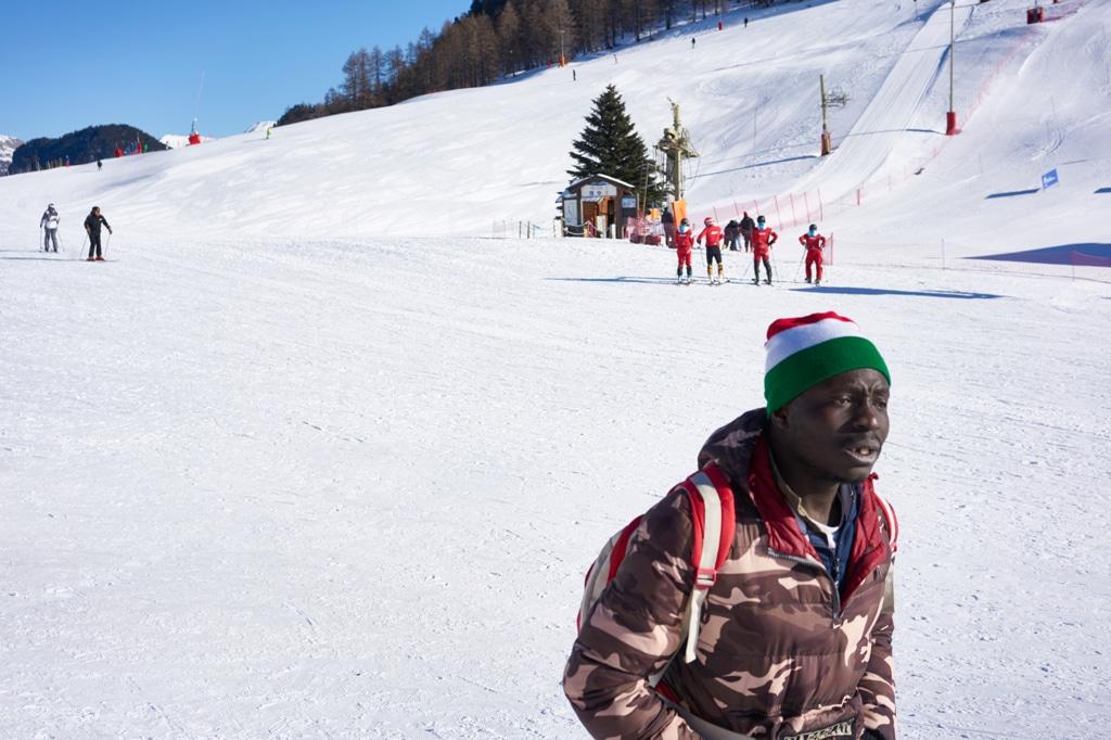 Un ragazzo originario della Guinea attraversa le piste della stazione sciistica di Monginevro, in Francia, 10 gennaio 2019. - Michele Cattani