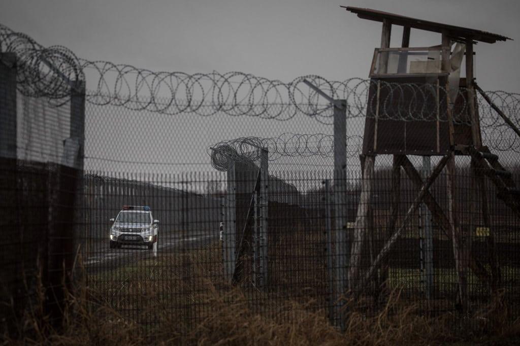 Un'auto della polizia pattuglia la frontiera tra l'Ungheria e la Serbia a Szeged, il 18 gennaio 2019. - Chris McGrath, Getty Images