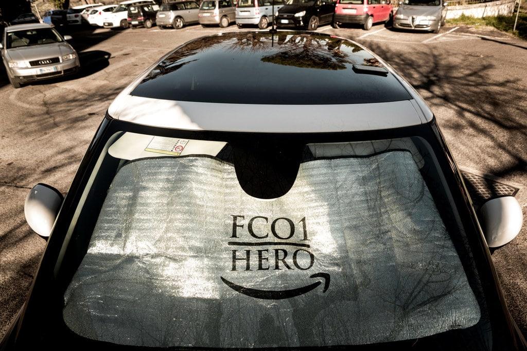 Un'auto parcheggiata in una piazza di Montopoli di Sabina, vicino alla sede di Amazon a Passo Corese, il 12 marzo 2019. - Francesco Alesi per Internazionale