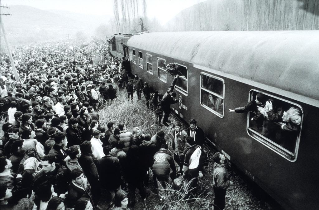 Profughi kosovari albanesi cercano di salire su un treno in Macedonia, aprile 1999. - Roger Lemoyne, Liaison/Getty Images