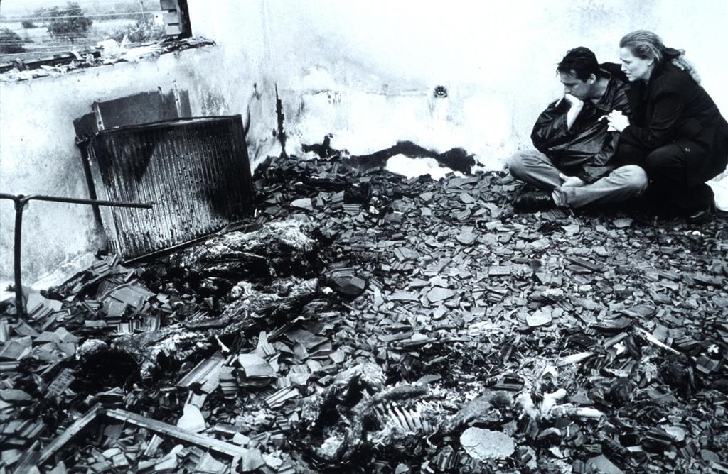 Il ritorno di una famiglia di kosovari albanesi nella casa dove sono morti i loro parenti durante la guerra. Kosovo, giugno 1999. - Roger Lemoyne, Liaison/Getty Images