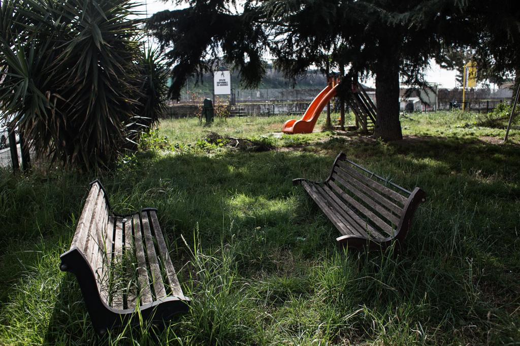 Un parco davanti al tmb di via Salaria, accanto a un asilo d'infanzia, marzo 2019. - Nadia Shira Cohen per Internazionale