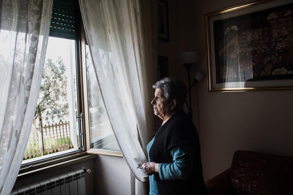 Ignazia Follaro nella sua casa a Roma, che affaccia sul tmb di via Salaria, marzo 2019. - Nadia Shira Cohen per Internazionale