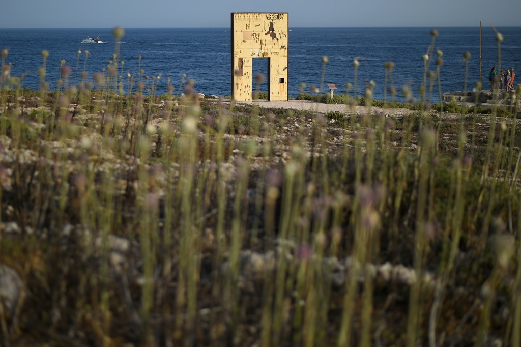Lampedusa (Agrigento), 24 giugno 2019. Porta d'Europa, il monumento dedicato ai migranti morti in mare. - Guglielmo Mangiapane, Reuters/Contrasto