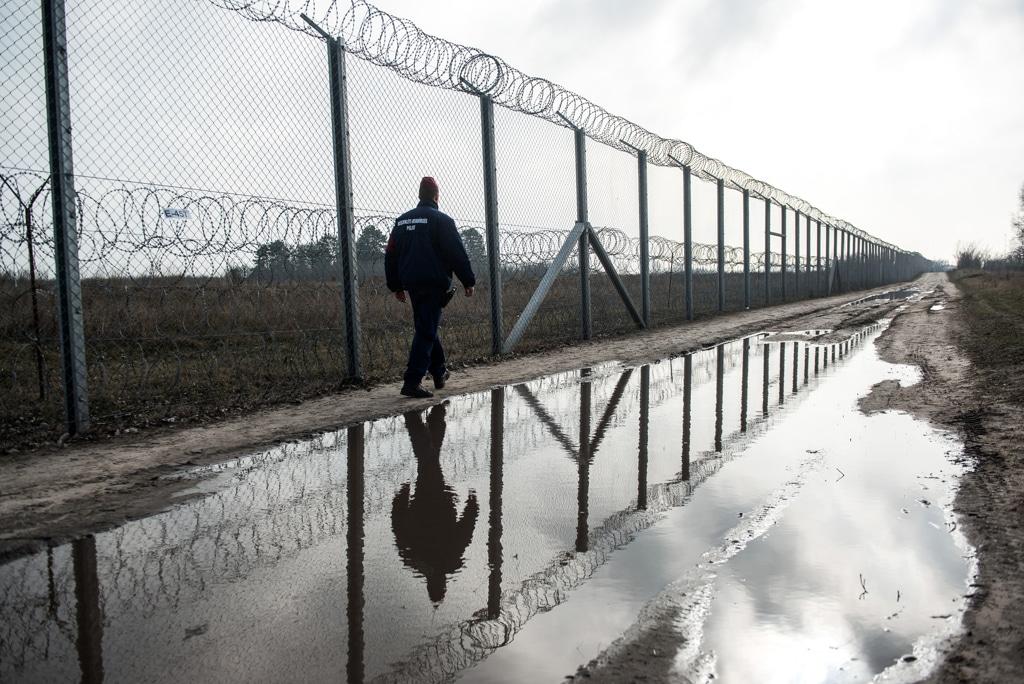 Un poliziotto ungherese pattuglia la recinzione lungo il confine tra Serbia e Ungheria, vicino a Röszke, il 17 febbraio 2016. - Akos Stiller, Bloomberg via Getty Images