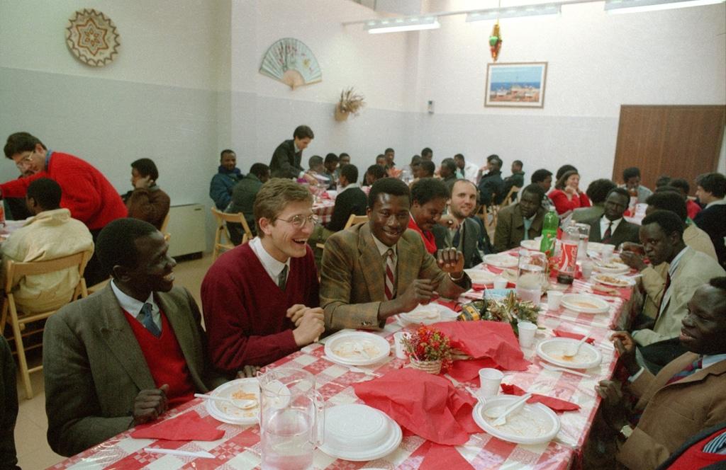 Jerry Masslo partecipa al pranzo di Natale organizzato dalla Comunità di sant'Egidio, Roma, 1988. - Marco Pavani
