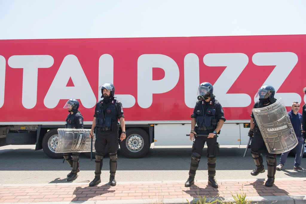 La polizia schierata per far entrare i camion di Italpizza nello stabilimento, giugno 2019.  - Michele Lapini