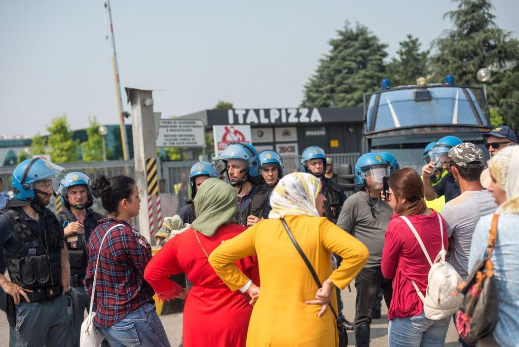 Un gruppo di dipendenti di Italpizza al picchetto davanti alla fabbrica di San Donnino, il 28 giugno 2019. - Michele Lapini