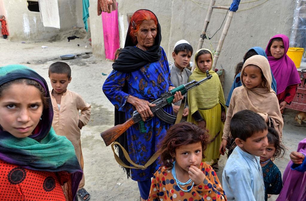 Niaz Bibi, al centro, con i bambini della sua famiglia che sono rimasti orfani, nel distretto di Kot, il 22 aprile 2019. - Noorullah Shirzada, Afp